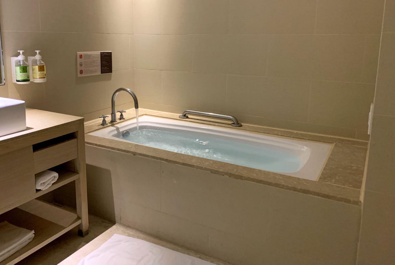 知本金聯世紀酒店の部屋風呂