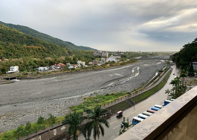 知本渓 温泉橋の向うは台東市内から太平洋