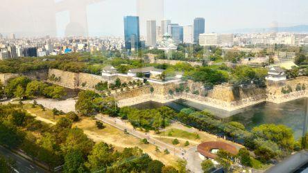 大阪市歴史博物館階段踊り場から大阪城公園